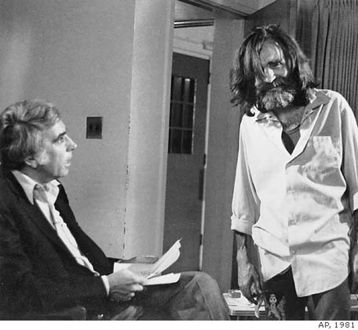 This June 1981 file photo shows talk show host Tom Snyder,left, getting ready to interview convicted murderer Charles Manson at the California Medical Facility in Vaccaville. Snyder died Sunday, July 29, 2007, in San Francisco from complications associated with leukemia, his longtime producer and friend Mike Horowicz told The Associated Press on Monday.(AP Photo) NO SALES,A JUNE 1981 B&W FILE PHOTO