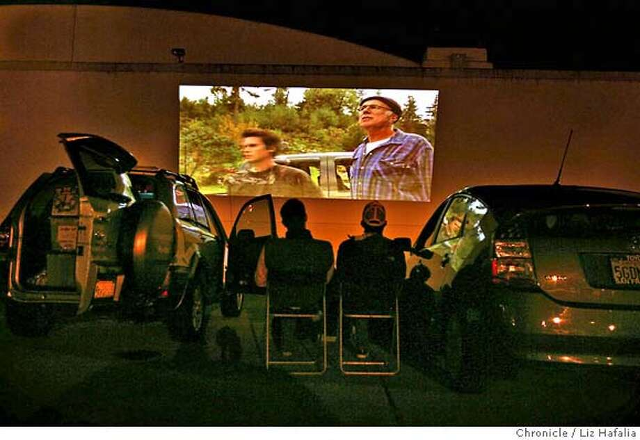 � MOBMOV_001_LH_.JPG Drive-in movies being shown in an abandoned parking lot. Projection equipment is on van at left, and vehicles are listening on their fm station. Liz Hafalia/The Chronicle/Treasure Island/7/20/07 ** cq �2007, San Francisco Chronicle/ Liz Hafalia MANDATORY CREDIT FOR PHOTOG AND SAN FRANCISCO CHRONICLE. NO SALES- MAGS OUT. Photo: Liz Hafalia