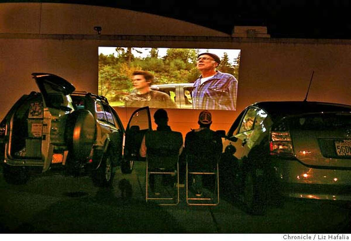 � MOBMOV_001_LH_.JPG Drive-in movies being shown in an abandoned parking lot. Projection equipment is on van at left, and vehicles are listening on their fm station. Liz Hafalia/The Chronicle/Treasure Island/7/20/07 ** cq �2007, San Francisco Chronicle/ Liz Hafalia MANDATORY CREDIT FOR PHOTOG AND SAN FRANCISCO CHRONICLE. NO SALES- MAGS OUT.