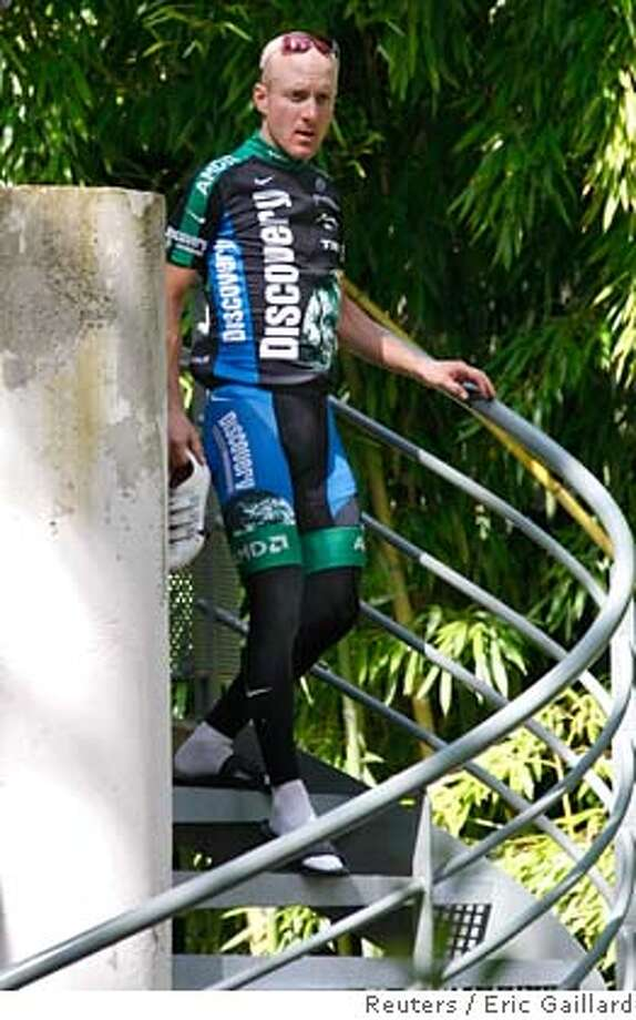 Discovery Channel team rider Levi Leipheimer of the U.S. leaves his hotel room during the second rest day of the 94th Tour de France cycling race in Pau, July 24, 2007. REUTERS/Eric Gaillard (FRANCE) Photo: ERIC GAILLARD