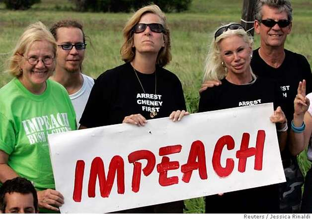 Peace activist Cindy Sheehan (C) holds a sign with fellow activists as they pose for a picture at the site of her first protest near U.S. President George W. Bush's ranch in Crawford, Texas July 8, 2007. REUTERS/Jessica Rinaldi (UNITED STATES) 0 Photo: JESSICA RINALDI