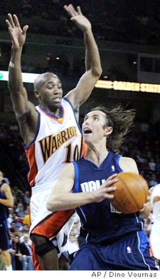 Golden State Warriors' Speedy Claxton, left, guards the Dallas Mavericks' Steve Nash during the first half Wednesday, Oct. 29, 2003, in Oakland, Calif. (AP Photo/Dino Vournas) Photo: DINO VOURNAS