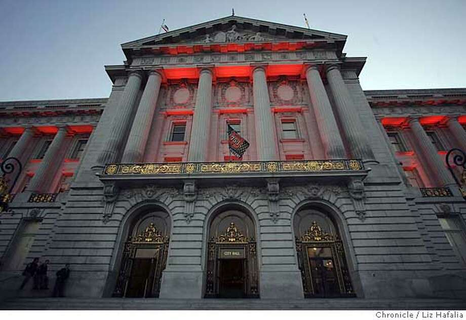 MANIA_285_LH_.JPG City Hall where a Giant's orange and black flag is flying from the Mayor's balcony, and will be lit in orange tonight, for the coming of the last big moment of the Barry Bonds era with the Giants - the homer that breaks Hank Aaron's all-time record. Liz Hafalia/The Chronicle/San Francisco/7/20/07  ** cq Ran on: 07-21-2007  San Francisco City Hall is bathed in orange light and a Giants flag flutters above the mayor's balcony to mark the run-up to Barry Bonds' 756th career homer. Photo: Liz Hafalia