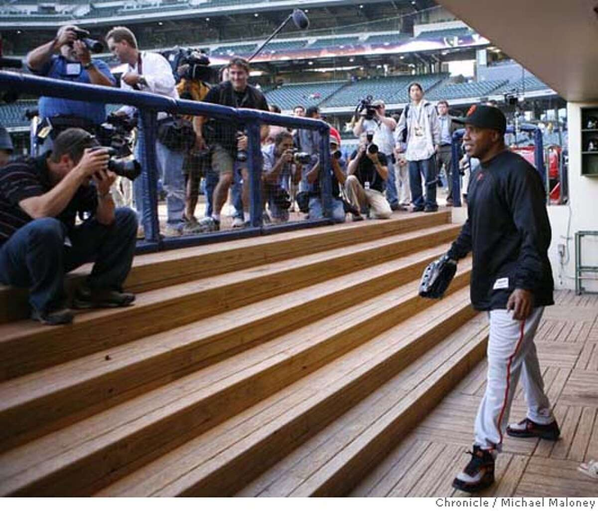 All eyes and lenses are focused on Barry Bonds as he leaves the dugout to warm up. The Milwaukee Brewers host the San Francisco Giants at Miller Park in Milwaukee, WI. Photo taken on 7/20/07 Photo by Michael Maloney / San Francisco Chronicle ***roster/code replacement