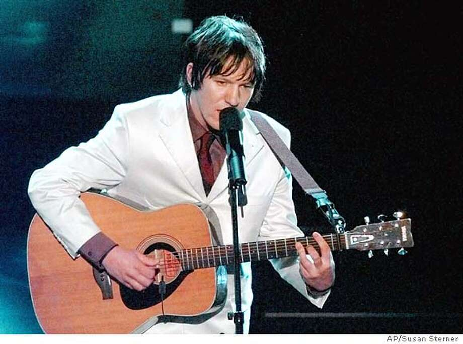 ** FILE ** Singer-songwriter Elliott Smith performs at the 70th Academy Awards in Los Angeles in this March 23, 1998 file photo. Smith, a singer-songwriter whose dark, introspective songs won him critical acclaim and an Academy Award nomination, has apparently committed suicide, his publicist and coroner's officials said Wednesday, Oct. 22, 2003. He was 34. (AP Photo/Susan Sterner) EDS: A MARCH 23, 1998 FILE PHOTO Photo: SUSAN STERNER