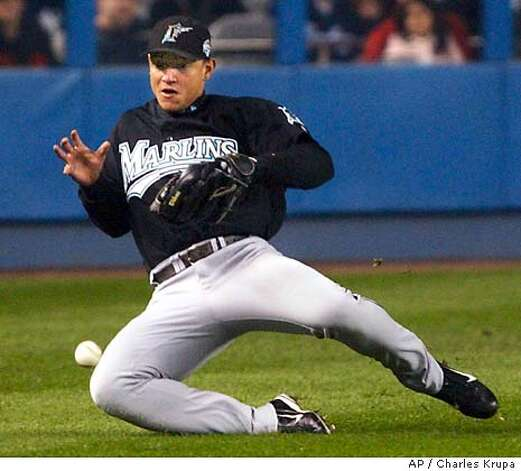 2003 world series marlins shake n y pierre pitching take game 1 sfgate. Black Bedroom Furniture Sets. Home Design Ideas