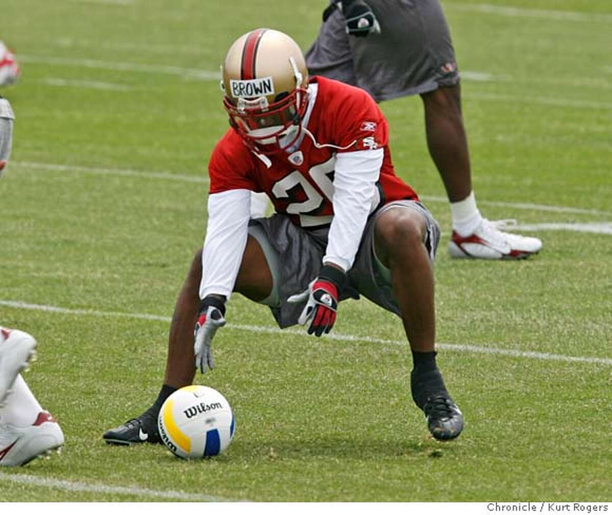 Tarell Brown works on drills during pratice. The San Francisco 49ERS kicked off their Organized Training Activities at their Santa Clara training camp this was the second day. TUESDAY, JUNE 5, 2007 KURT ROGERS SANTA CLARA SFC THE CHRONICLE 49ERS_0249_kr.jpg MANDATORY CREDIT FOR PHOTOG AND SF CHRONICLE / NO SALES-MAGS OUT