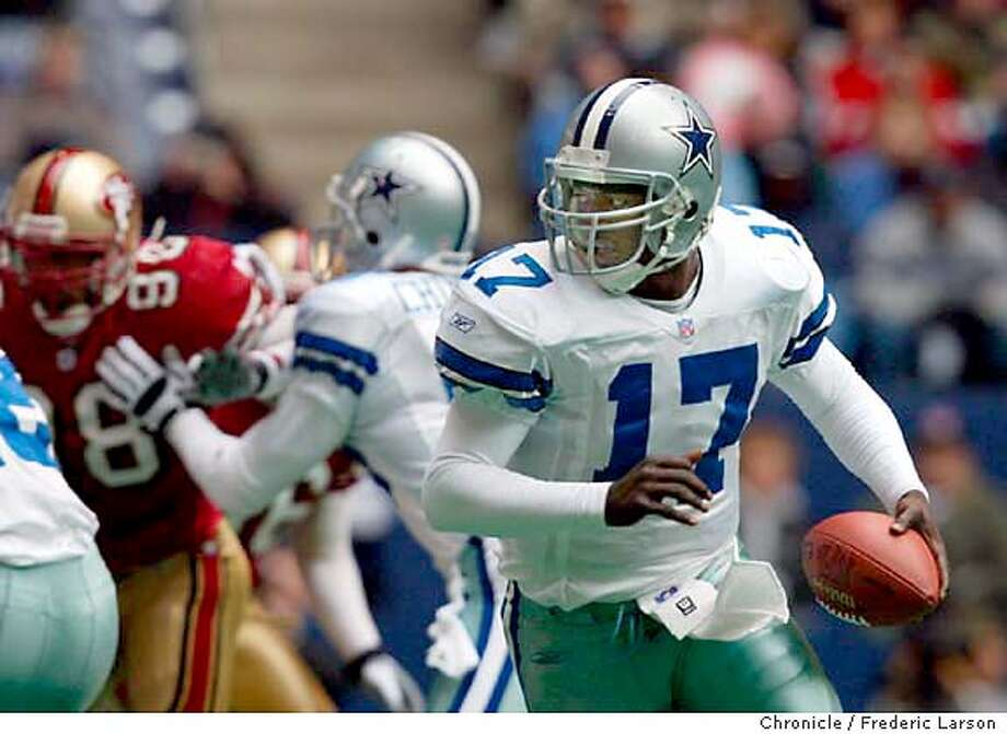 49ERS6-C-30DEC01-SP-FRL: Dallas QB QUincy Carter rolls out and dashes for the end-zone in the 3rd quarter to get close to a score against the 49ers in Dallas. Chronicle photo by Frederic Larson CAT Photo: Frederic Larson