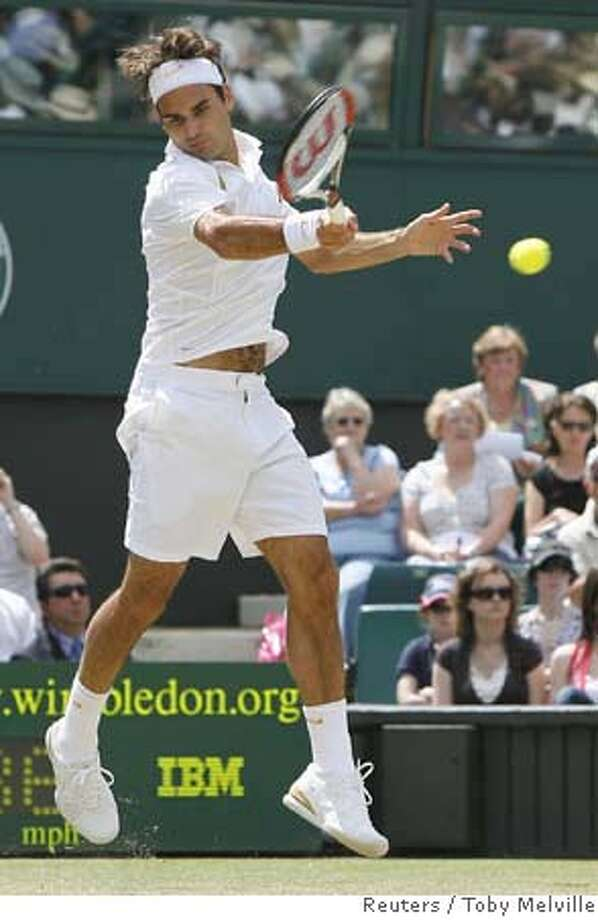 Switzerland's Roger Federer plays a return to France's Richard Gasquet during their semi-finals singles match at the Wimbledon tennis championships in London July 7, 2007. REUTERS/Toby Melville (BRITAIN) Photo: TOBY MELVILLE