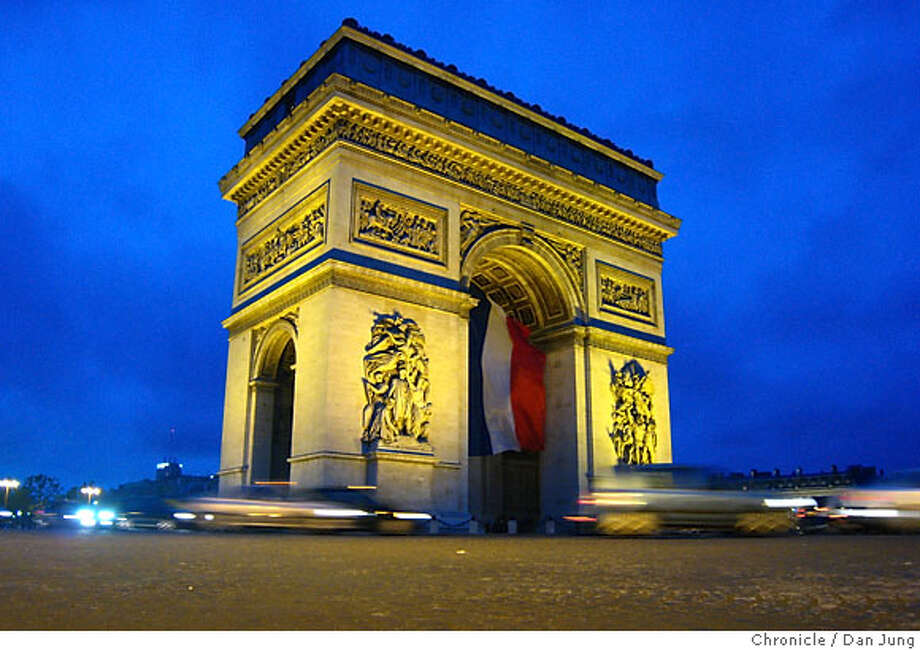 PARISTRAVEL_013_dj.jpg Traffic around the Arc de Triomphe round-about. Picture taken on May 16, 2007. Dan Jung / The Chronicle Photo: Dan Jung