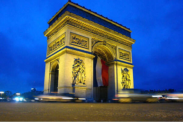 PARISTRAVEL_013_dj.jpg Traffic around the Arc de Triomphe round-about. Picture taken on May 16, 2007. Dan Jung / The Chronicle