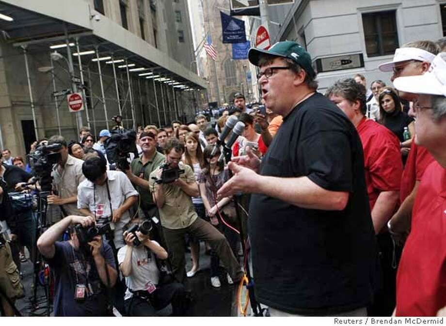 Filmmaker Michael Moore speaks to the media on Wall Street in New York, June 28, 2007. REUTERS/Brendan McDermid (UNITED STATES) Photo: BRENDAN MCDERMID