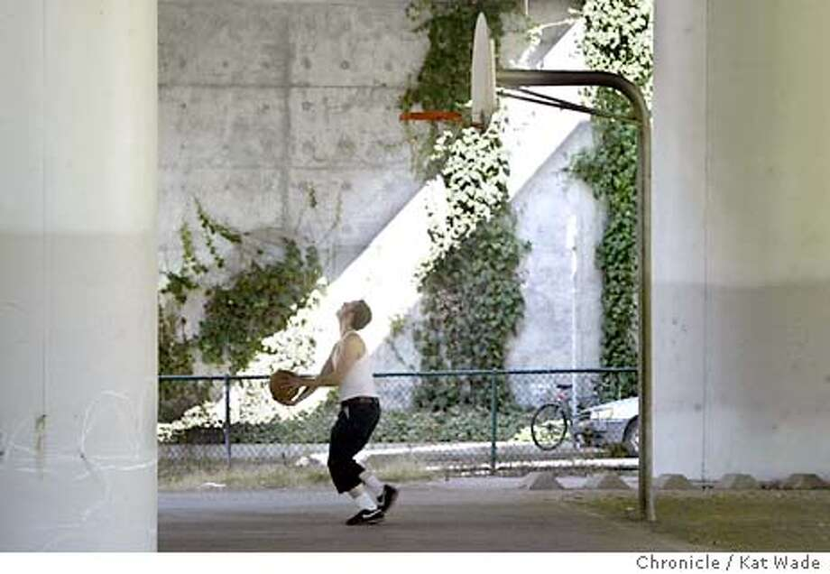 10/7/2003 | B/W | 5star | 34p6x3.7inches | a18 | Metro | rich-7607 | hoops Photo: Kat Wade