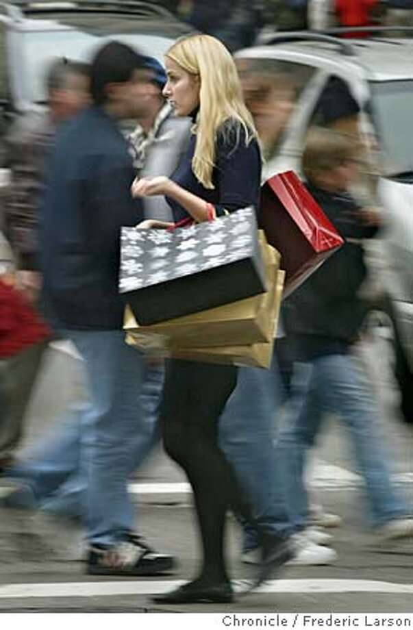 RETAIL_0314_fl.jpg Last minute shopping at Union Square SF as bages full of packages cris-cross the streets at Geary and Stockton (no name on shopper). Retailers have been discounting heavily to lure the last remaining shoppers. 12/23/05 San Francisco CA Frederic Larson San Francisco Chronicle Photo: Frederic Larson
