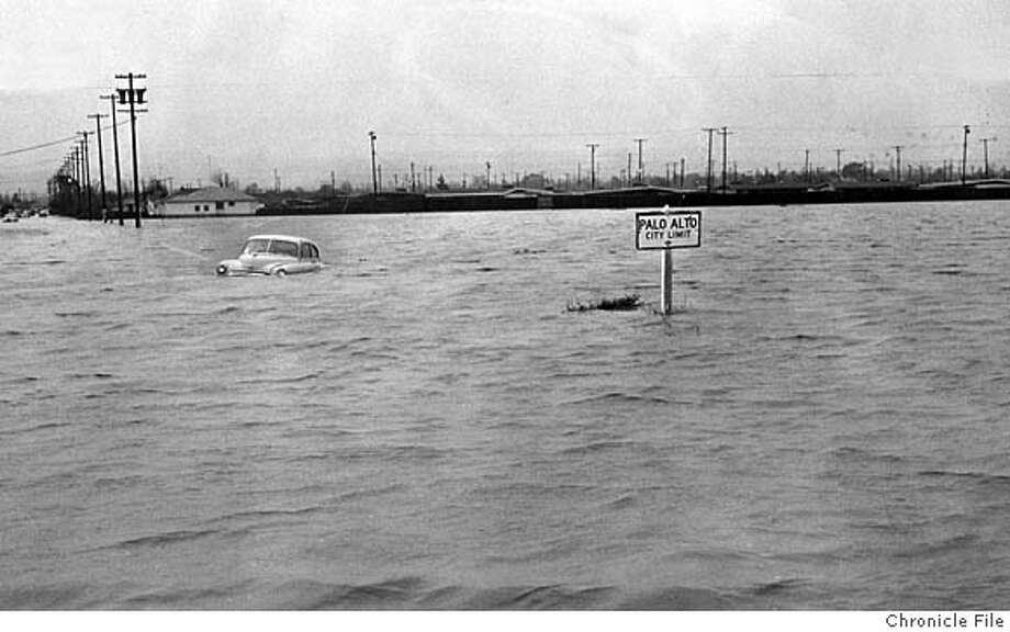 The Bayshore Highway was under water in Palo Alto on Dec. 24, 1955, after the worst flooding in Northern California history. Chronicle photo, 1955