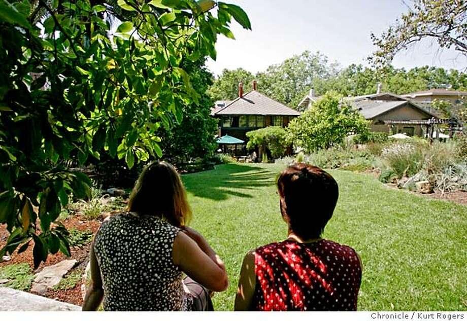 L2r Wanda Westberg And Her Neighbor Austene Hall In The Yard