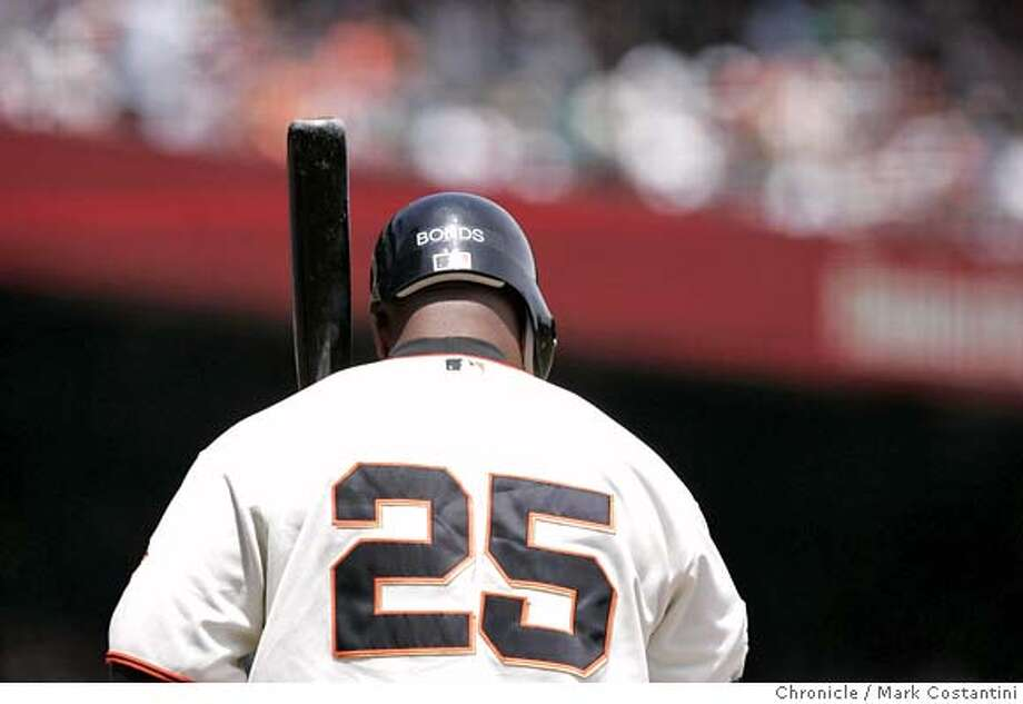 Barry Bonds steps up to the plate.  Giants v. A's in San Francisco. PHOTO: Mark Costantini / The Chronicle MANDATORY CREDIT FOR PHOTOGRAPHER AND SAN FRANCISCO CHRONICLE/NO SALES-MAGS OUT Photo: MARK COSTANTINI