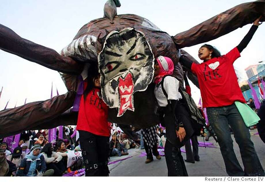 Indonesian protesters display anti-WTO effigy in Hong Kong Photo: CLARO CORTES IV