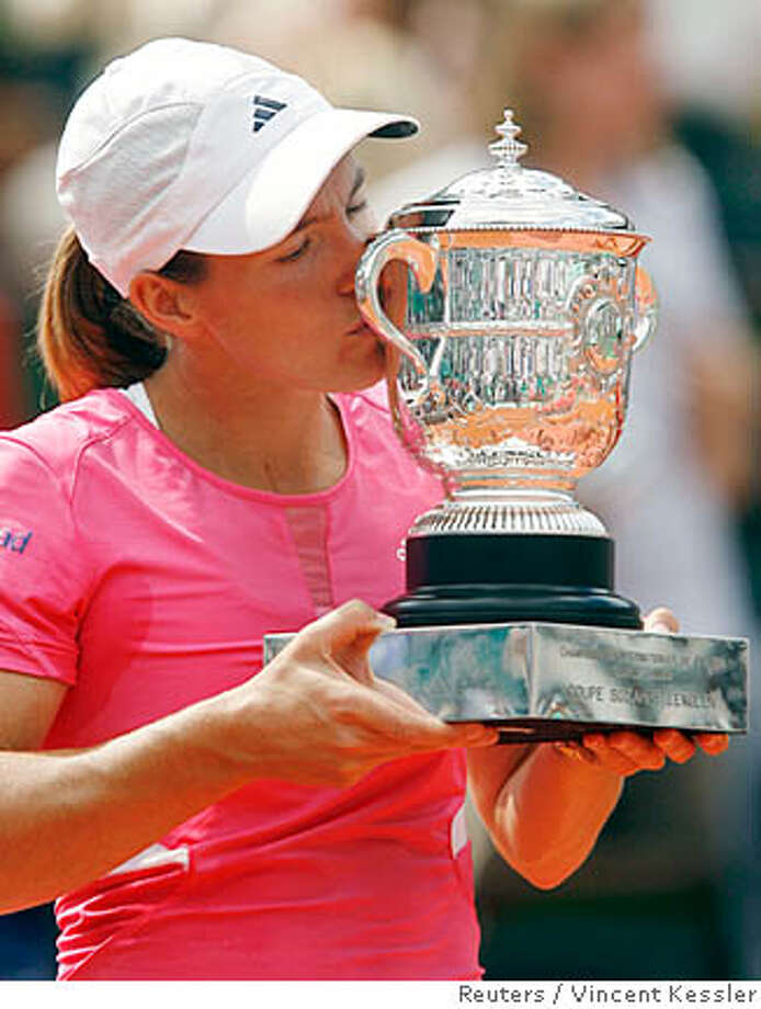 Belgium's Justine Henin kisses her trophy after defeating Serbia's Ana Ivanovic in the women's final match at the French Open tennis tournament at Roland Garros in Paris June 9, 2007. REUTERS/Vincent Kessler (FRANCE) Photo: VINCENT KESSLER