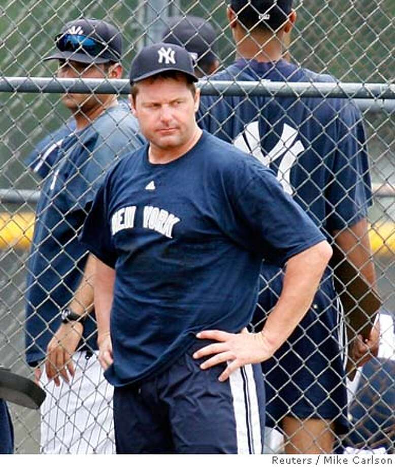 New York Yankees pitcher Roger Clemens takes a break during a rehabilitation session at the organization's minor league facility in Tampa, Florida June 6, 2007. REUTERS/Mike Carlson (UNITED STATES) Photo: MIKE CARLSON