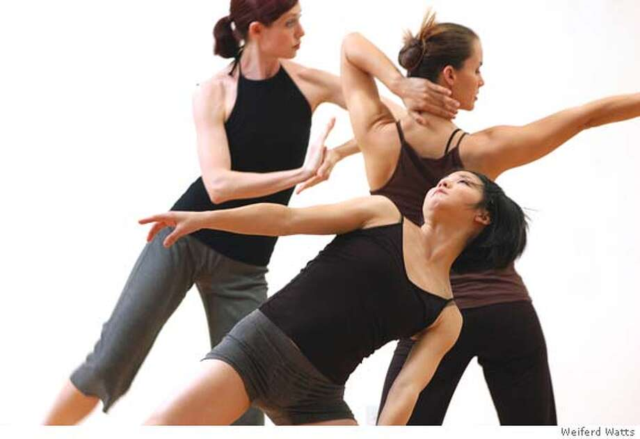 � In this foto, company dancers: Laura Sharp, Wendy Rein, and Erin Okayama. Foto credit: Weiferd Watts Photo: Weiferd Watts