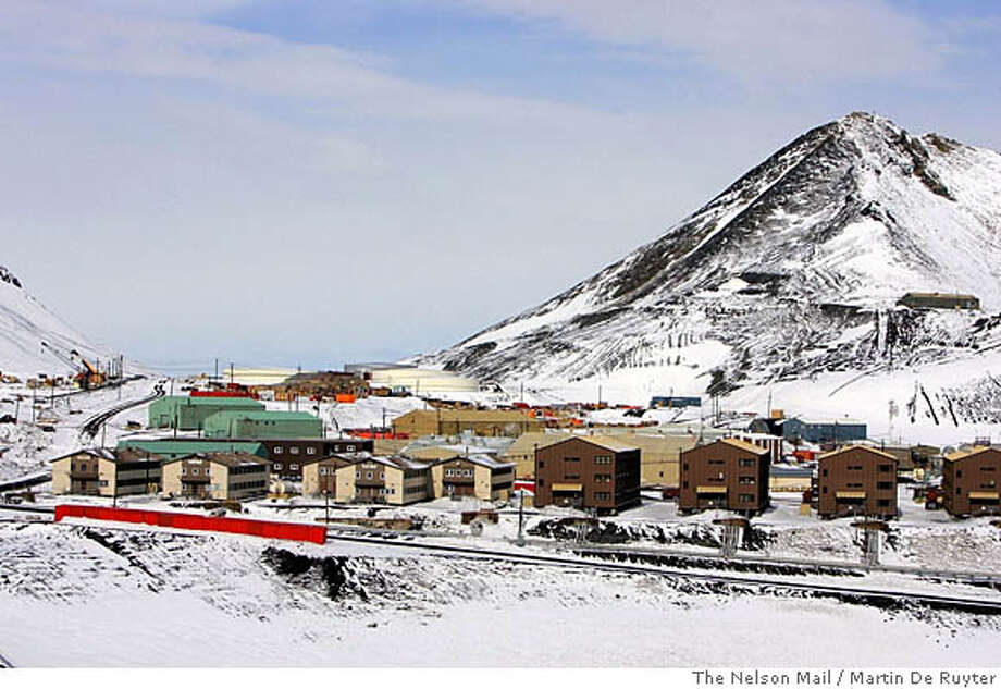 A general view shows the American base, McMurdo Station, covered with fresh snow as 1,200 people at the base celebrate Thanksgiving in Antarctica November 26, 2005. NEW ZEALAND OUT NO ONLINES NO ARCHIVE REUTERS/Martin De Ruyter/The Nelson Mail/Handout 0 Photo: HO