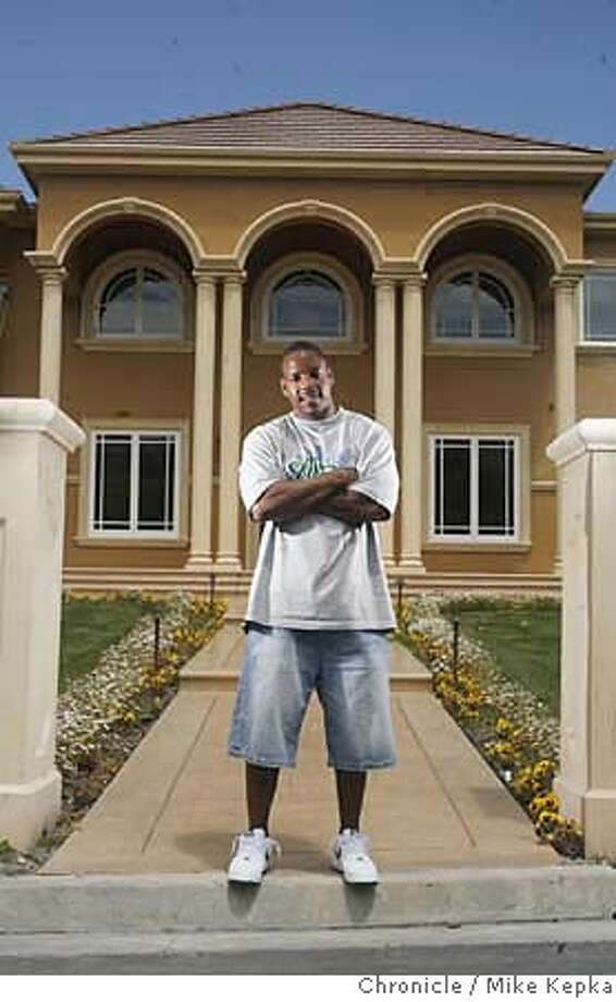 49er_clement000218_mk.JPG  The San Francisco 49ers newest player, Nate Clement, left Buffalo for an a record breaking $80 million dollar contract. He just bought a new house just south of San Jose that he said set him back a little over $3 million.  Mike Kepka / THe Chronicle Nate Clement (cq) the source MANDATORY CREDIT FOR PHOTOG AND SF CHRONICLE/NO SALES-MAGS OUT Photo: Mike Kepka