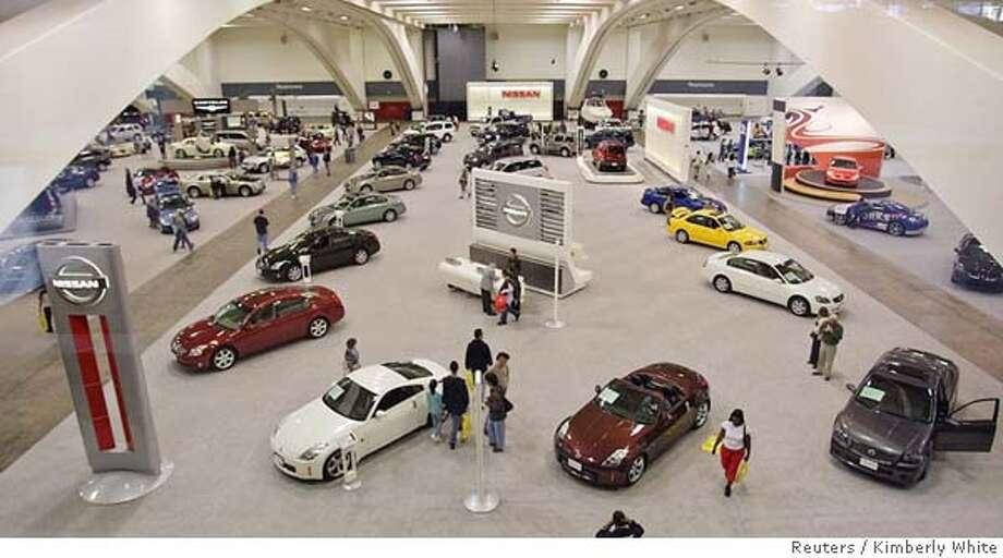 Vistors walk around the San Francisco International Auto Show in San Francisco, California November 19, 2005. The show displays hundreds of 2006 model vehicles from more than 40 of the world's leading auto manufacturers. REUTERS/Kimberly White 0 Photo: KIMBERLY WHITE