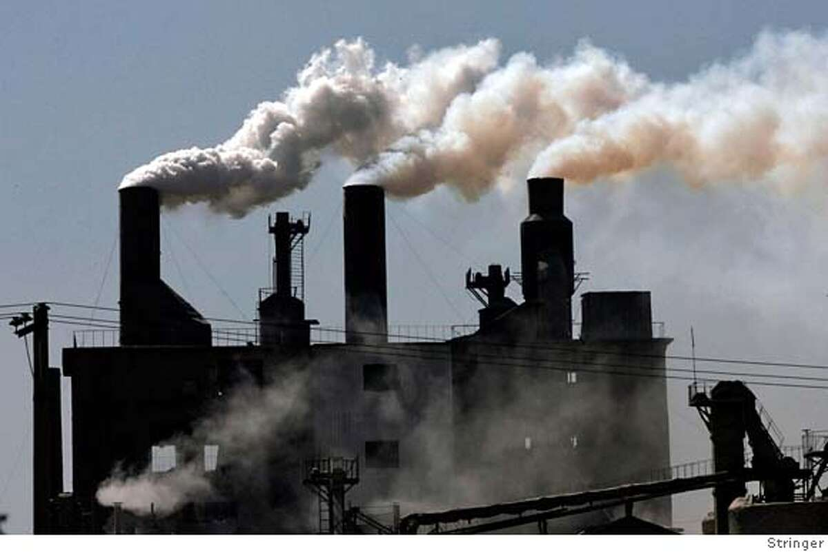 Smoke billows from a factory on the outskirts of Shenyang, northeast China's Liaoning province, May 4, 2007. Climate experts agreed on a U.N. report on Friday that said fighting global warming is affordable and the technology available to slow the growth in greenhouse gas emissions and stave off climate chaos, a senior delegate said. REUTERS/Stringer (CHINA) 0