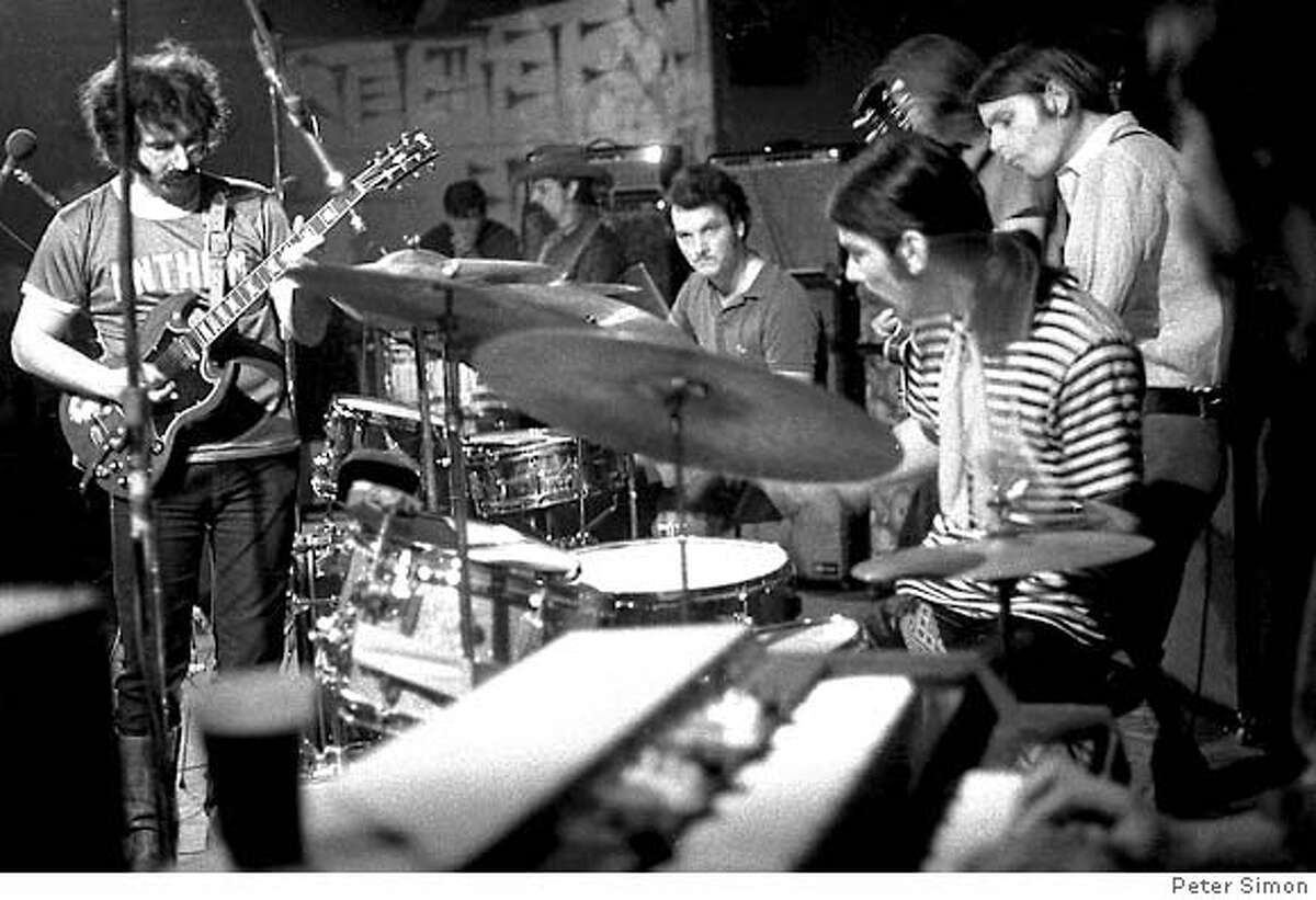 DEAD08_03.TIF Peter Simon shots of the complete band from the side of the stage (you can see Mickey and Jerry very well) from early 1969 CR: � Peter Simon