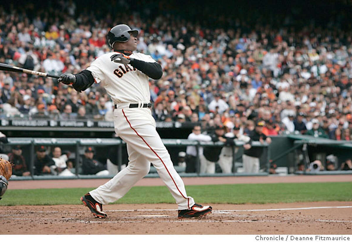 Barry Bonds hits homerun #739 in the 2nd inning. San Francisco Giants beat the Arizona Diamondbacks as Barry Zito, Brad Hennessey and Armando Benitez combine for a shutout. Photographed in San Francisco on 4/21/07. Deanne Fitzmaurice / The Chronicle