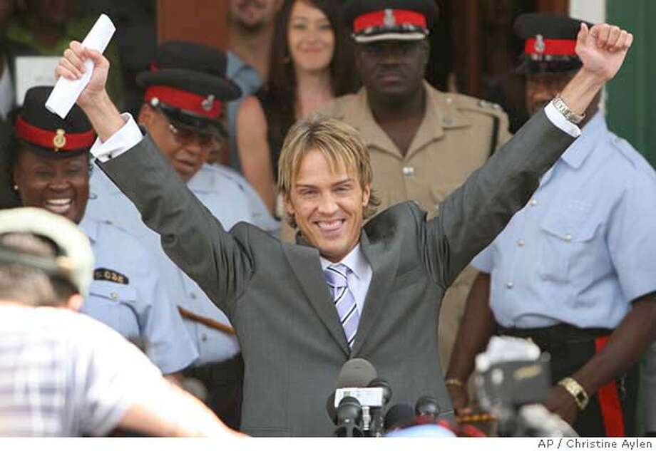 Larry Birkhead smiles and raises his hands in the air after a paternity hearing the Bahamian court, in Nassau, Bahamas, Tuesday, April 10, 2007. DNA analysis released during the hearing has proven that Anna Nicole Smith's former boyfriend Larry Birkhead is the father of her infant daughter, an expert in genetic evidence said Tuesday. (AP Photo/Christine Aylen) EFE OUT. Photo: Christine Aylen