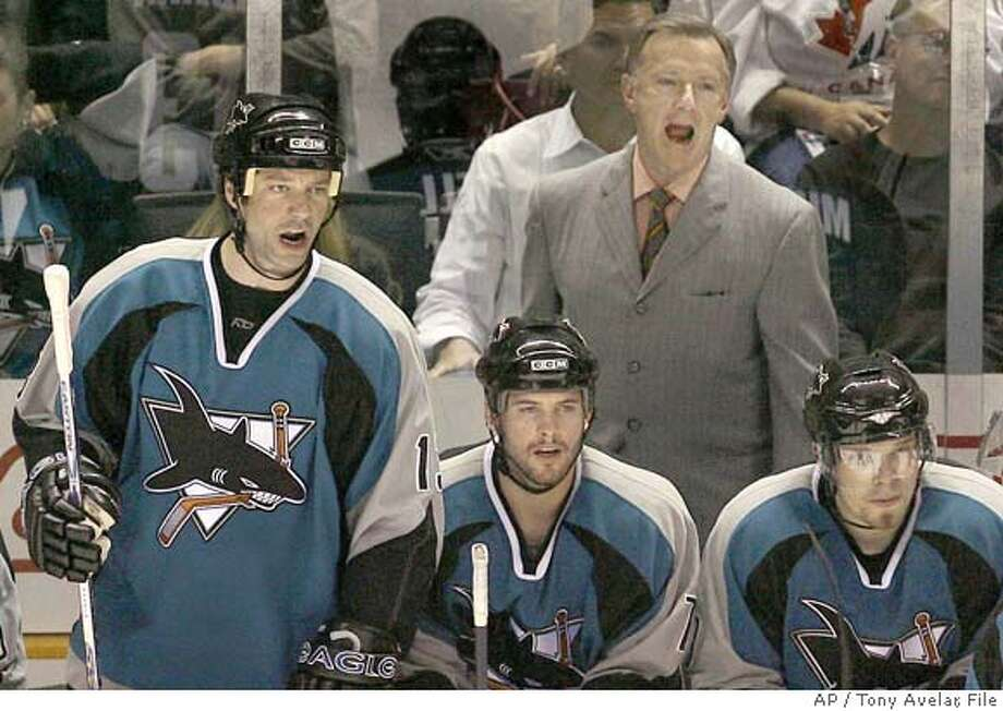 San Jose Sharks' Bill Guerin, left, and coach Ron Wilson argue a call as Mark Bell, center, and Douglas Murray, right, of Sweden, listen during the third period of an NHL hockey game against the Phoenix Coyotes in San Jose, Calif., Friday, March 30, 2007. San Jose won 4-2. (AP Photo/Tony Avelar) EFE OUT Photo: Tony Avelar