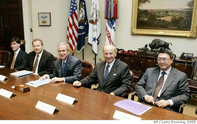 U.S. President George W. Bush meets with vaccine manufacturers in the Roosevelt Room of the White House in Washington D.C. October 7, 2005. From L-R are: President and CEO of MedImmune David Mott, CEO of Aventis Pasteur David Williams, Bush, CEO of GlaxoSmithKline Jean-Pierre Garnier, and CEO of Chiron Corporation Howard Pien. REUTERS/Larry Downing 0 Photo: LARRY DOWNING