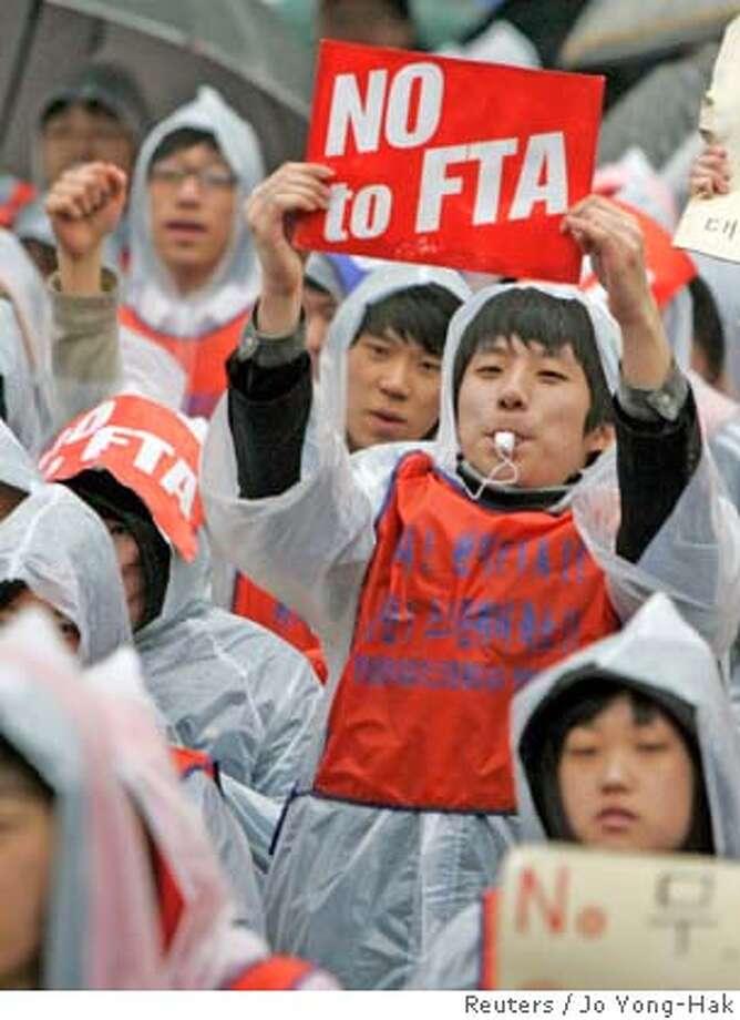 Students of dramatics and film studies in colleges take part in a protest against the South Korea-U.S. free trade agreement (FTA) talks in Seoul March 28, 2007. They demanded to save the screen quota for local films. REUTERS/Jo Yong-Hak (SOUTH KOREA) 0 Photo: JO YONG-HAK