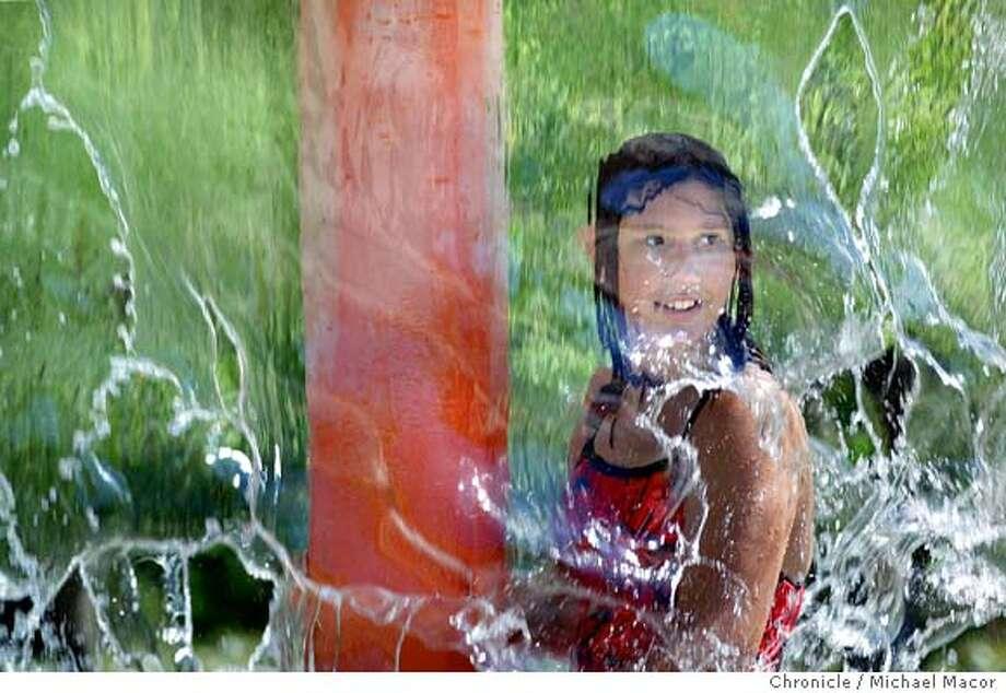 waterplay_6/29/03_B/W_5star_Metro_a31_46p4x5''_bj 7072 Photo: MICHAEL MACOR