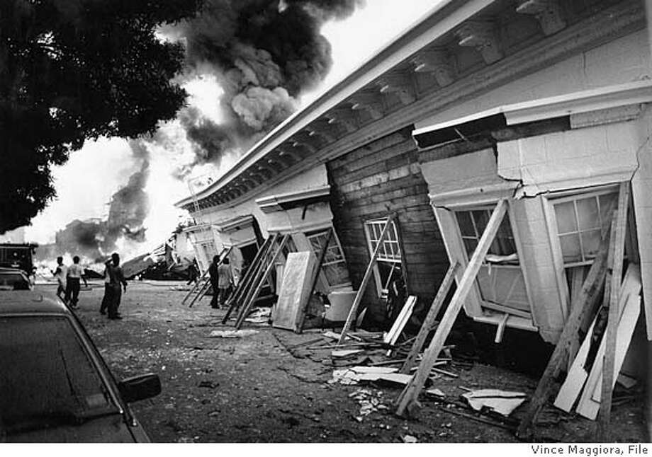 THREE STORY BUILDING DOWN AND FIRE ON BEACH AND DIVISADERO IN THE MARINA  SAN FRANCISCO LOMA PRIETA EARTHQUAKE Photo: VINCE MAGGIORA