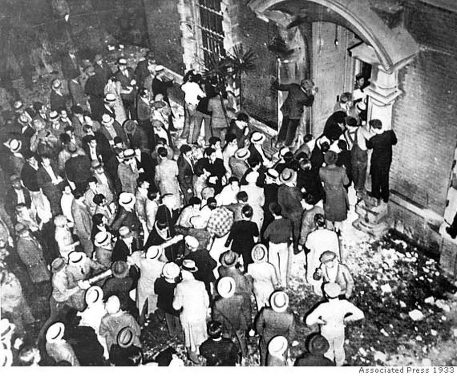 5,000 people storm the Santa Clara jail, 1933 Photo: Associated Press 1933
