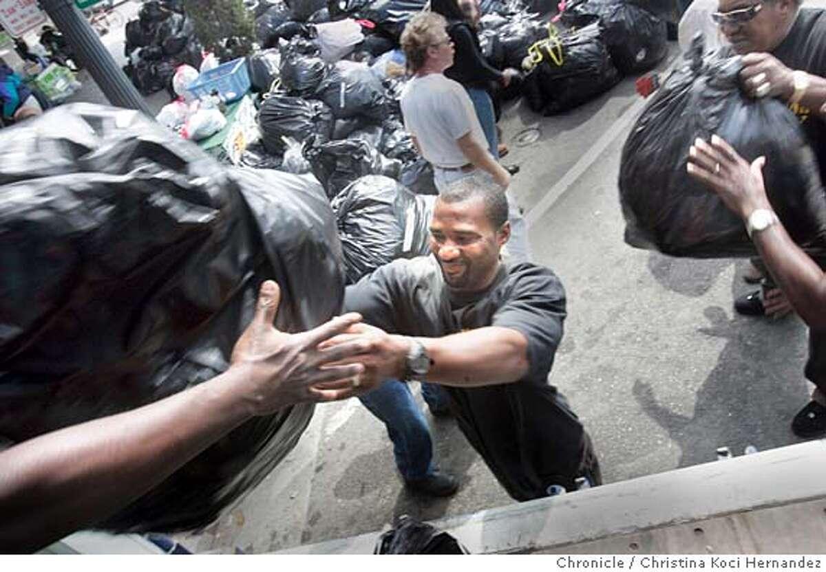 CHRISTINA KOCI HERNANDEZ/CHRONICLE Volunteers from Oakland program,