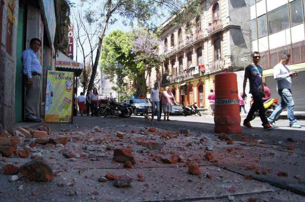 People observe the damages in a building in Mexico City after a strong quake hit Mexico on March 20, 2012. Photo: ANGEL GARCIA, AFP/Getty Images / AFP