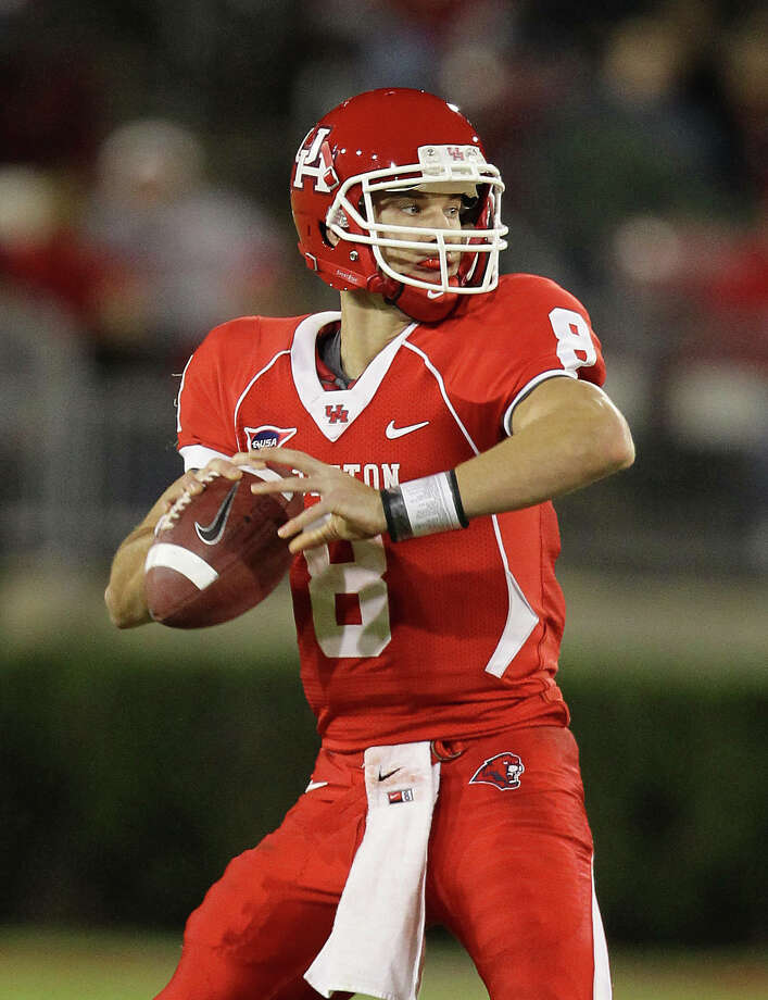 University of Houston quarterback David Piland looks for an open receiver in the fourth quarter of a NCAA football game against the University of Central Florida Friday, Nov. 5, 2010, in Robertson Stadium in Houston. The University of Central Florida won 40-33. ( Nick de la Torre / Houston Chronicle ) Photo: Nick De La Torre / Houston Chronicle
