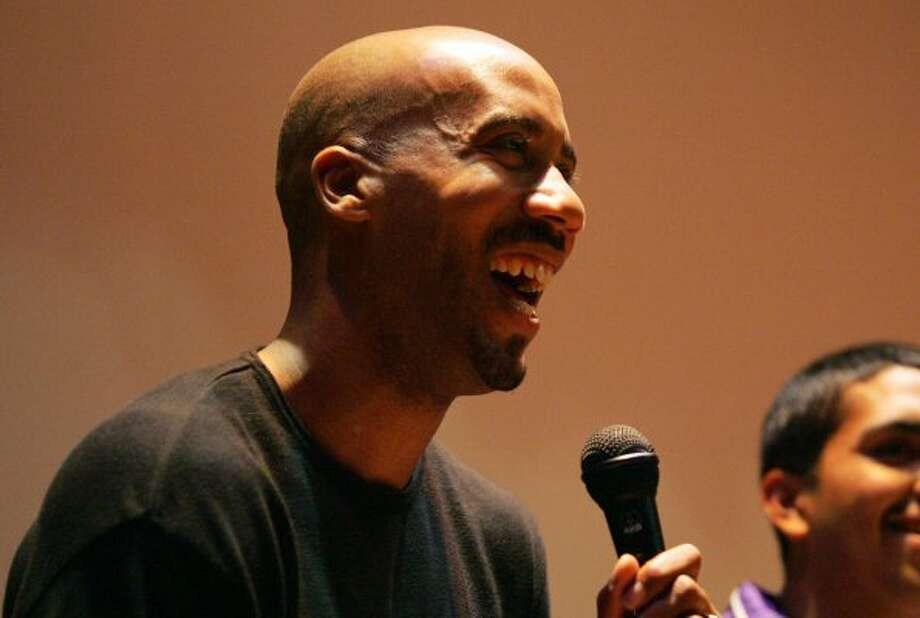 SPORTS - Bruce Bowen smiles as he takes questions from students after a motivational speech at Brackenridge High School on Friday, December 16, 2005. (Kin Man Hui/staff) (SAN ANTONIO EXPRESS-NEWS)