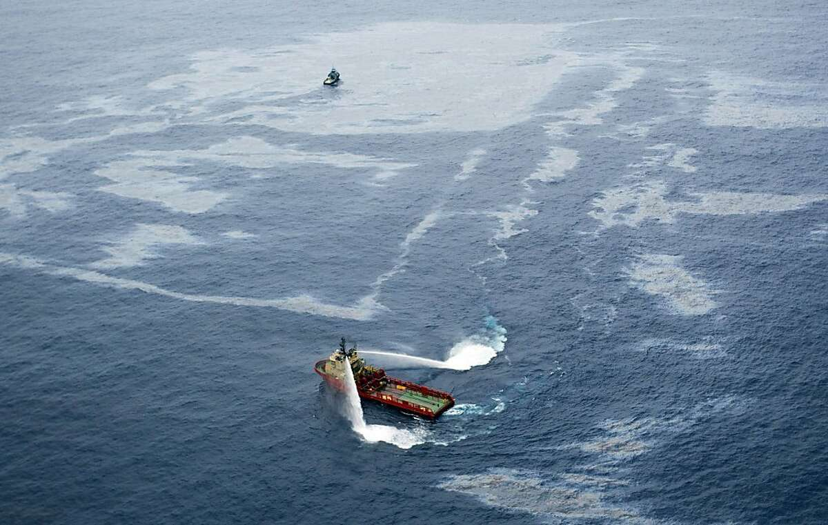 (FILES) Handout picture released by Agencia O Globo showing a supply boat working around an oil spill at the Frade field, located in the Atlantic Ocean some 370 Km northeast of Rio de Janeiro, on November 18, 2011. Rio de Janeiro's public prosecutor's office on March 21, 2012 took before justice U.S. oil giant Chevron and 17 people, among them its president in Brazil, for