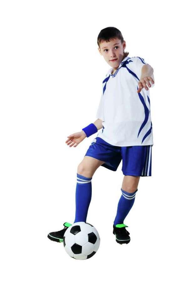 An athletic teen needs to have his knee examined. (Fotolia.com) / Aptyp_koK - Fotolia