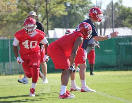 Running back Braxton Welford (40) moves in motion while David Piland awaits the snap and Charles Sims stands ready as offensive oordinator MIke Nesbitt looks on. (Sam Khan Jr. / Houston Chronicle)