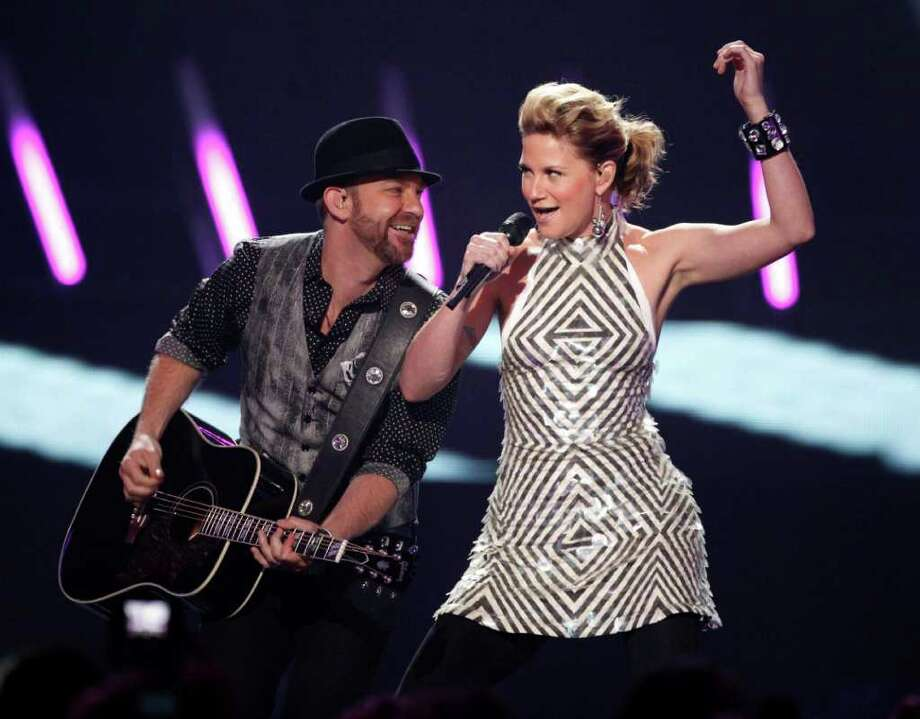 """FILE - In this June 16, 2009 file photo, Jennifer Nettles, right, and Kristian Bush of the band """"Sugarland"""" perform at the CMT Music Awards in Nashville, Tenn.  A Judge, on Friday, March 23, 2012, ordered Nettles to give a deposition next month in lawsuits filed over August's deadly Indiana State Fair stage collapse. (AP Photo/Mark Humphrey, file) Photo: Mark Humphrey / AP2009"""