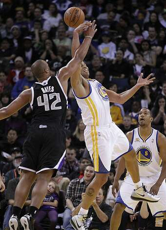Sacramento Kings' Chuck Hayes (42) and Golden State Warriors' Richard Jefferson, right, fight for a rebound during an NBA basketball game Saturday, March 24, 2012, in Oakland, Calif. Photo: Ben Margot, Associated Press