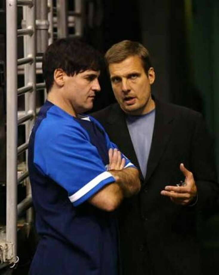 Dallas Mavericks president and assistant coach Donn Nelson, right, and owner Mark Cuban huddle before the Mavericks take on the Los Angeles Lakers, Tuesday, Oct. 28, 2003, at the Staples Center in Los Angeles. (AP Photo/Kevork Djansezian) (AP)