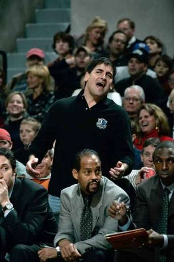 SPORTS SPURS MAVERICKS 11/24/04 Dallas Mavericks owner Mark Cuban expresses his displeasure with the outcome of their game against the San Antonio Spurs at the SBC Center on Wednesday, Nov. 24, 2004. Spurs won 94-80. ( JERRY LARA STAFF ) (SAN ANTONIO EXPRESS-NEWS)