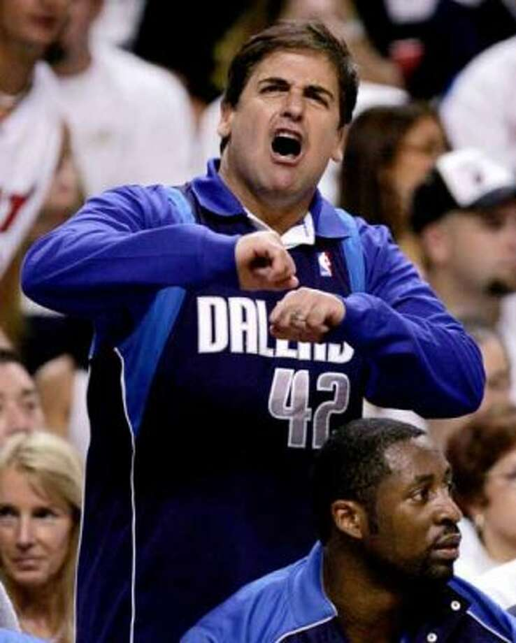 Dallas Mavericks owner Mark Cuban reacts in the fourth quarter in Game 5 of their NBA Finals basketball game against the Miami Heat in Miami June 18, 2006. The Heat defeated the Mavericks 101-100 in overtime to take a 3-2 series lead. REUTERS/Lucy Nicholson     (UNITED STATES) (REUTERS)